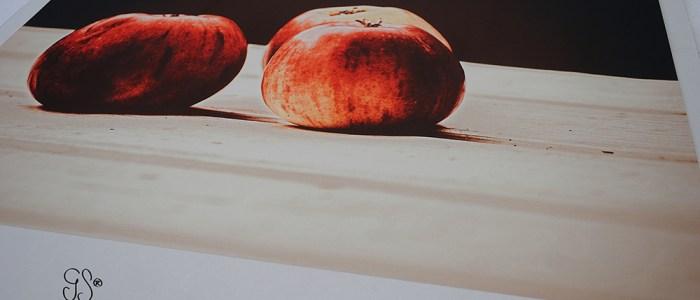 äpplen på bordet