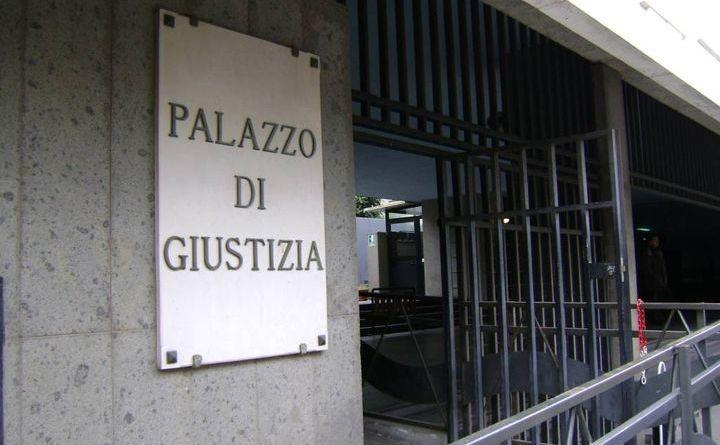 Sit-in al tribunale per chiedere la revoca della facoltà d'uso agli impianti ex-Ilva sotto sequestro