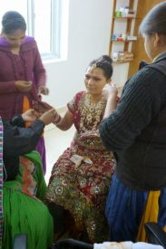 Eine Braut wird geschmückt