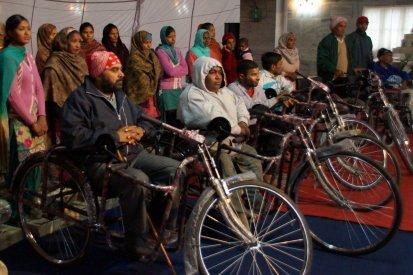Menschen mit Gehbehinderung erhalten Dreiräder