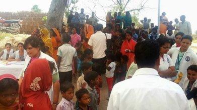 Zahlreiche Dorfbewohner nehmen das medizinische Angebot wahr