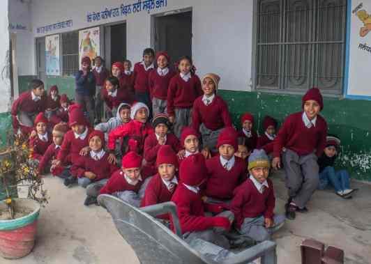 Bei Außentemperaturen um 12°C frieren die Kinder in den unbeheizten Klassenräumen.