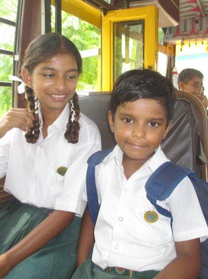 Die Kinder freuen sich sehr über den neuen Bus.