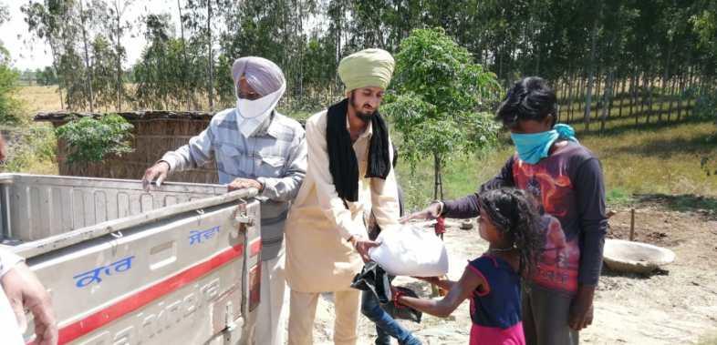 Indische Helfer verteilen die Hilfsgüter