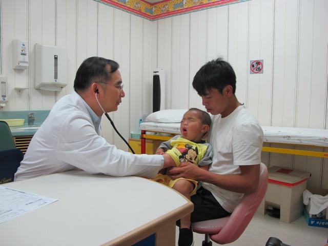 Dr. Prasong examining Kayeng