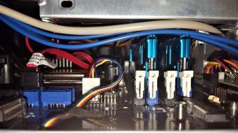 Esos cables USB 3.0 y de audio siempre por medio...