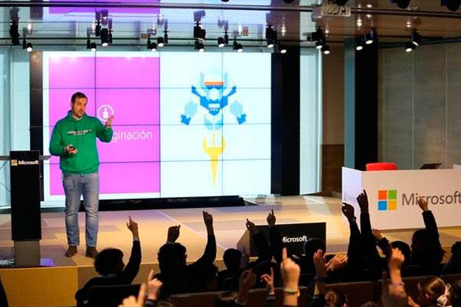 """Niños programan su propio videojuego con Microsoft en la """"Hora del Código"""""""