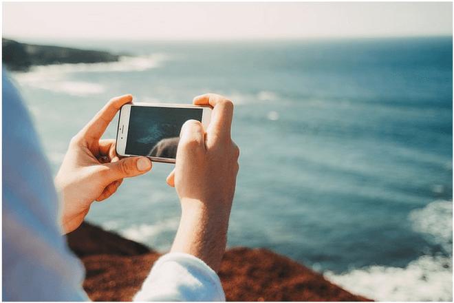 el móvil durante el verano es el accesorio preferido de los españoles