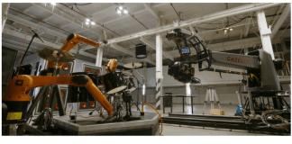 Los robots que usan instrumentos musicales son de la empresa Kuka