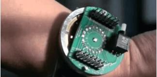 foto de dispositivo en la muñeca del brazo de una persona