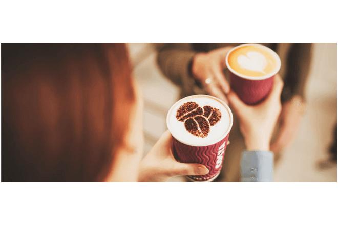 foto de dos personas con una taza de café