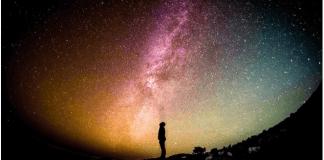 imagen de hombre con el espacio exterior al fondo