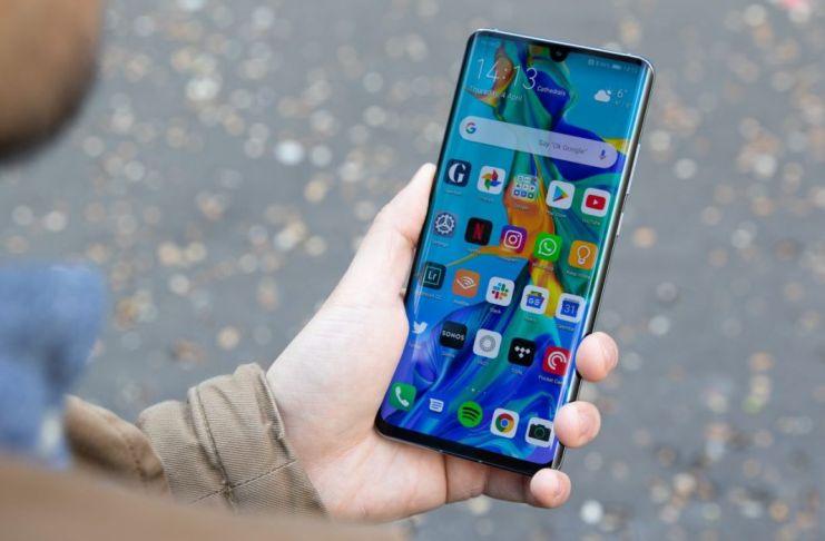 Persona con smartphone P30 en la mano
