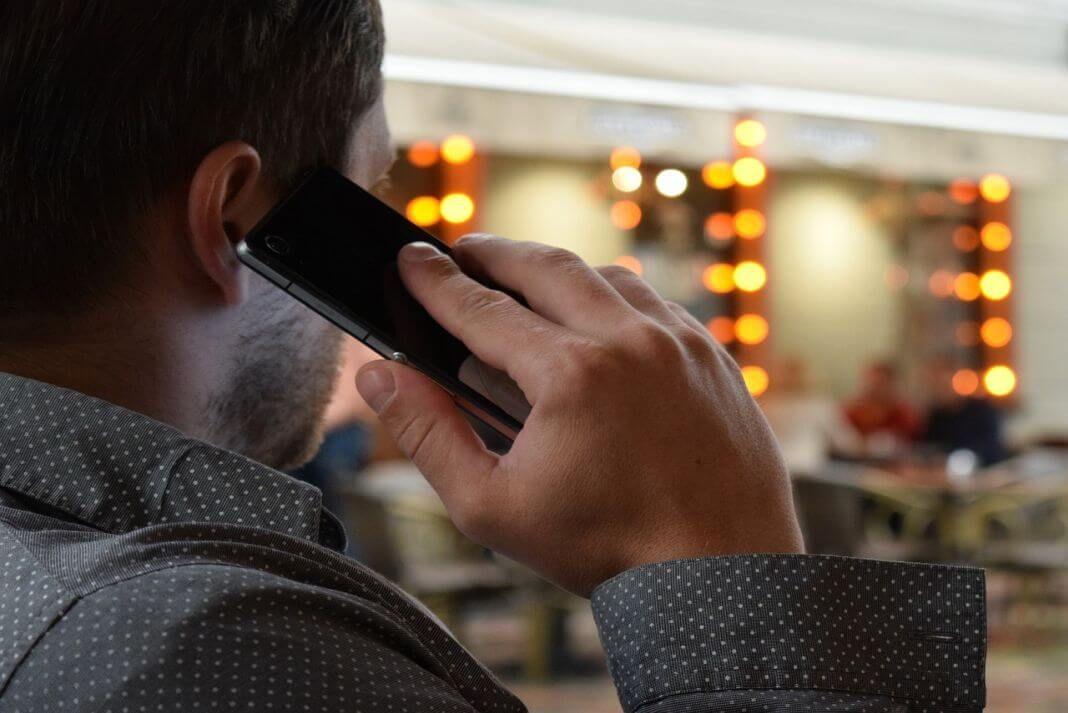 persona hablando por un smartphone