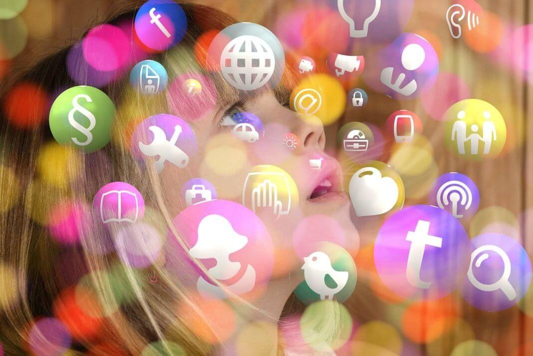 Imagen de niña con logos de redes sociales