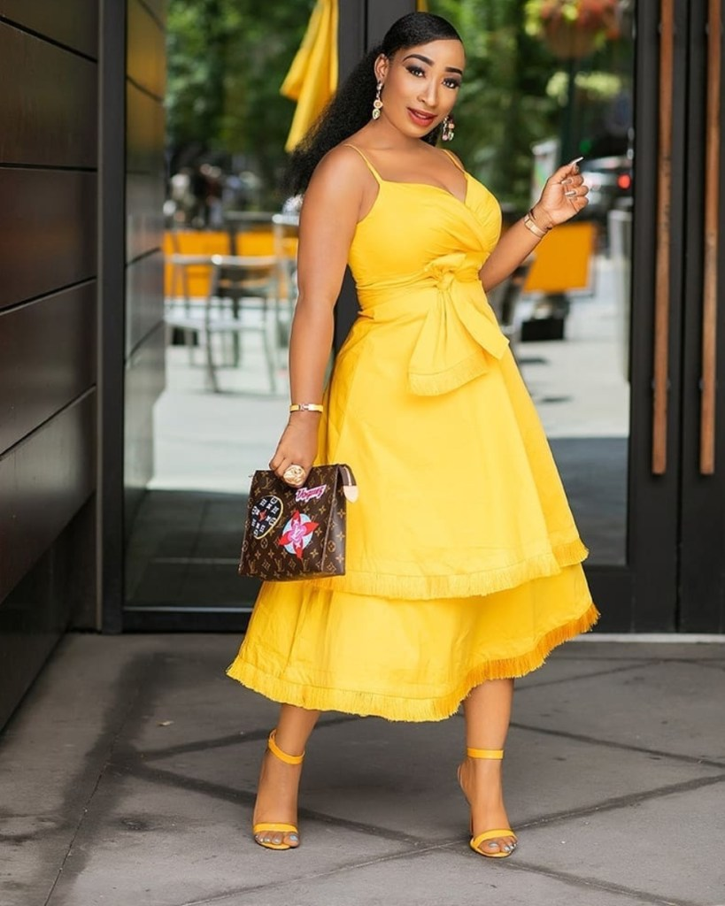How to wear a yellow outfit