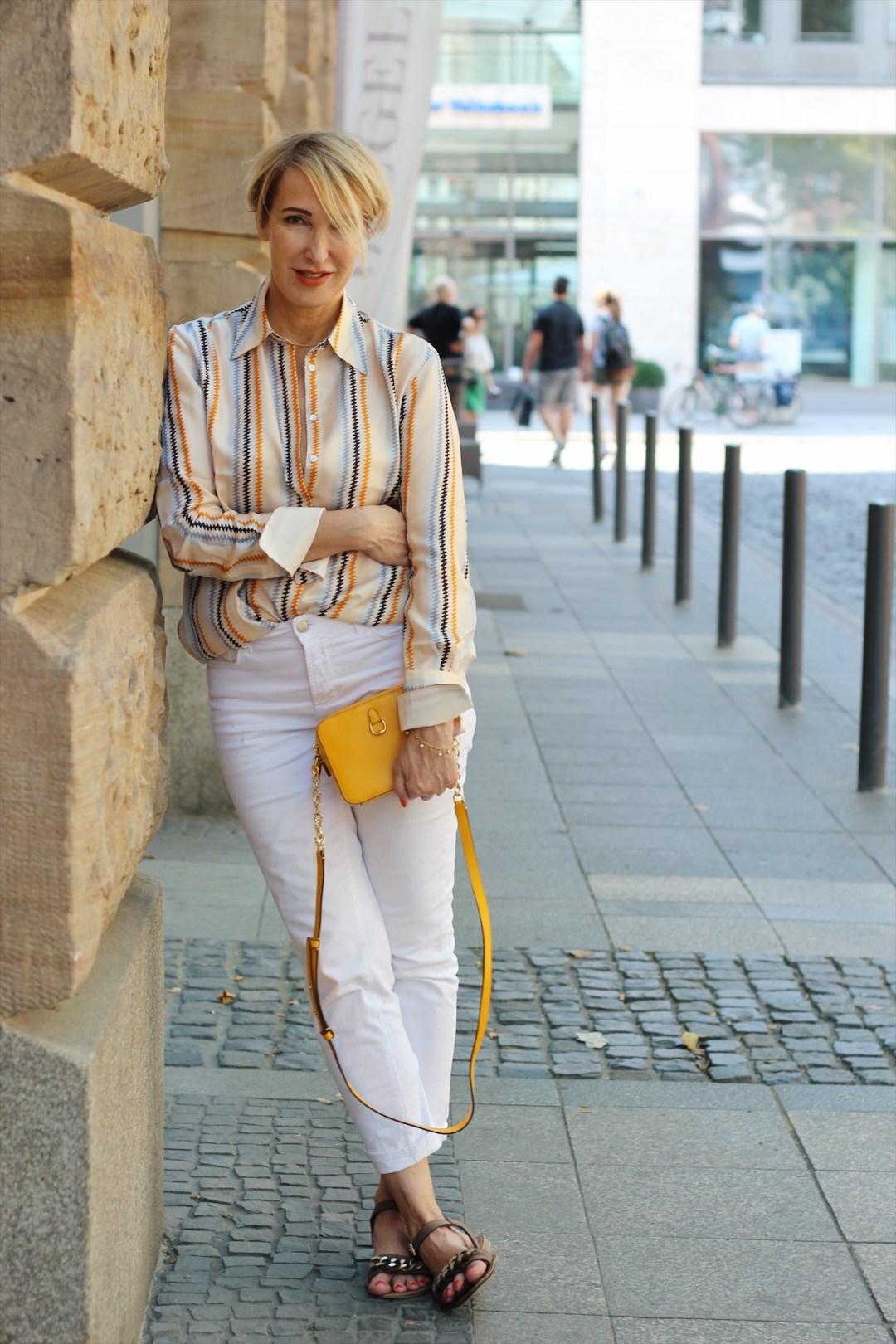 glamupyourlifestyle Sommerschlussverkauf Victoria-Beckham-Kollektion gestreifte-Blusen weiße-hose gelbe-tasche ü-40-mode ue-50-mode