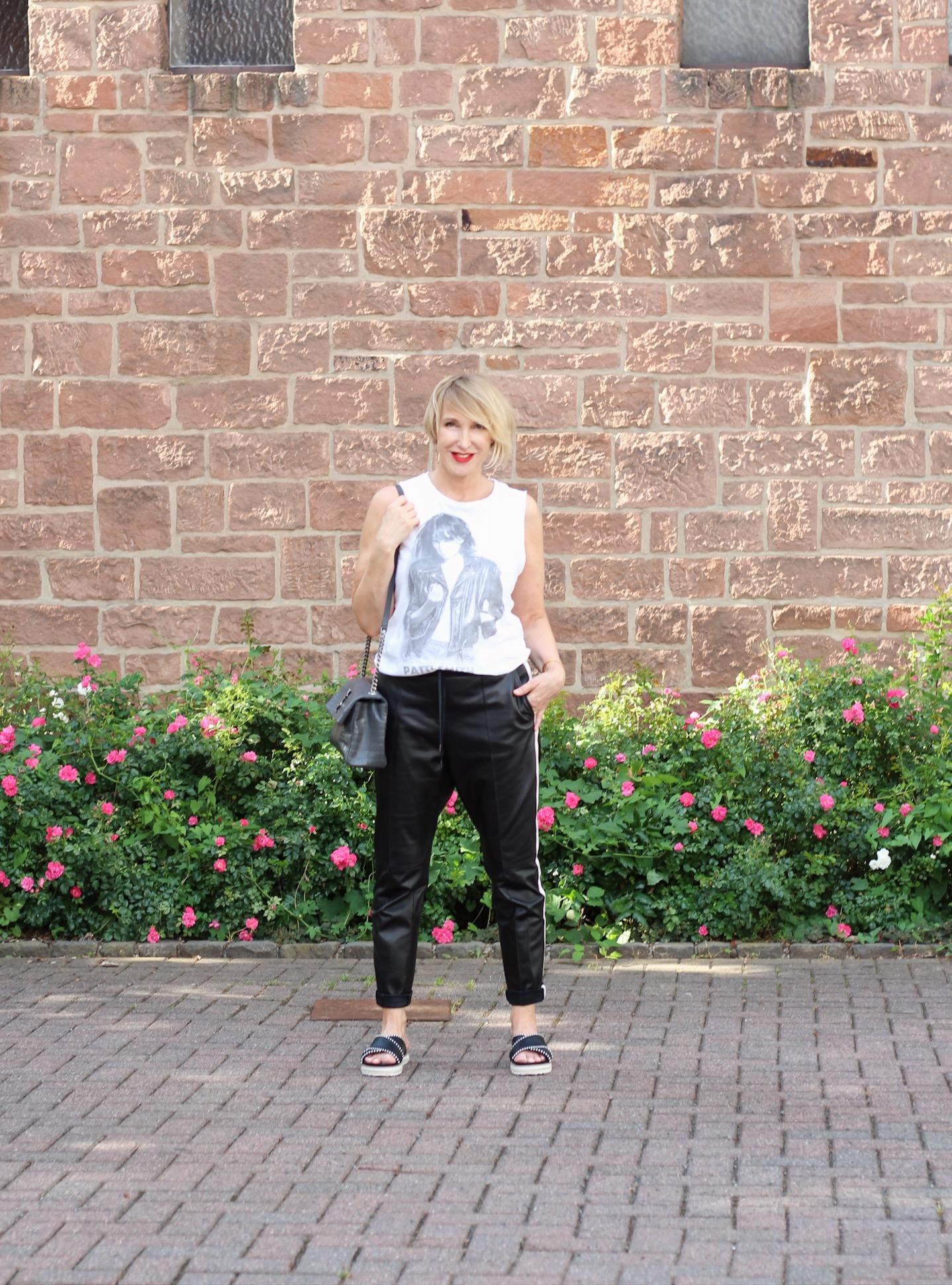 glamupyourlifestyle lederhose lässige-lederhose athleisure-trend athleisure ue-40-blog ü-40-mode ue50-blog