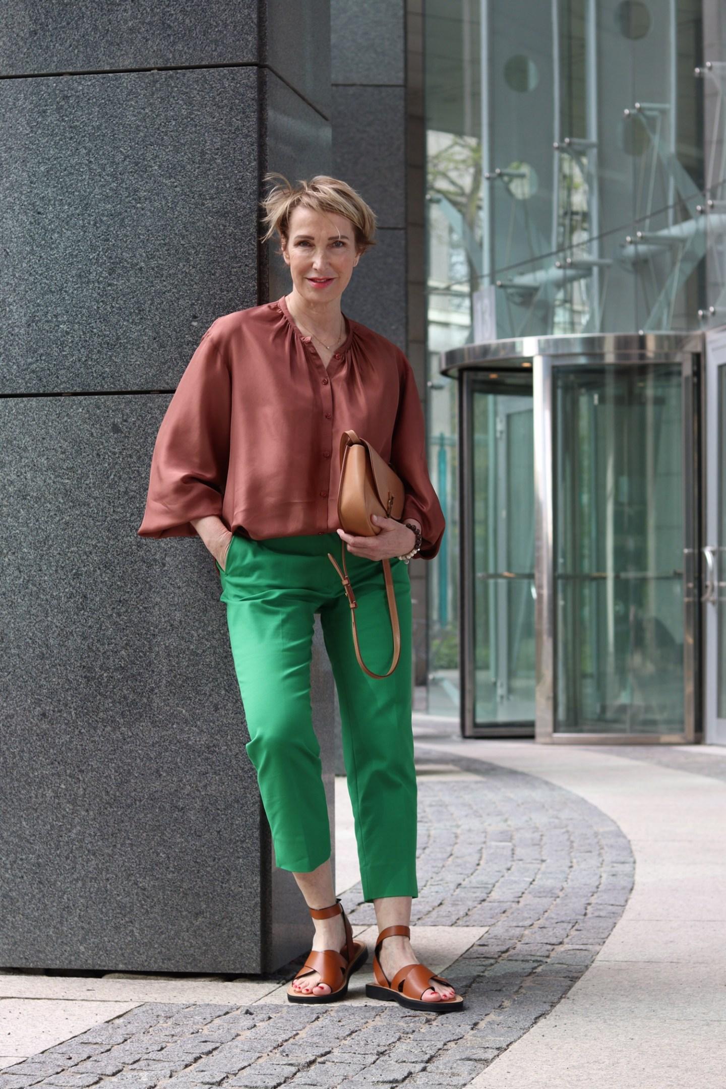glamupyourlifestyle gruene-hose seidenbluse sommerliches-outfit ue-40-mode ue-50-blog