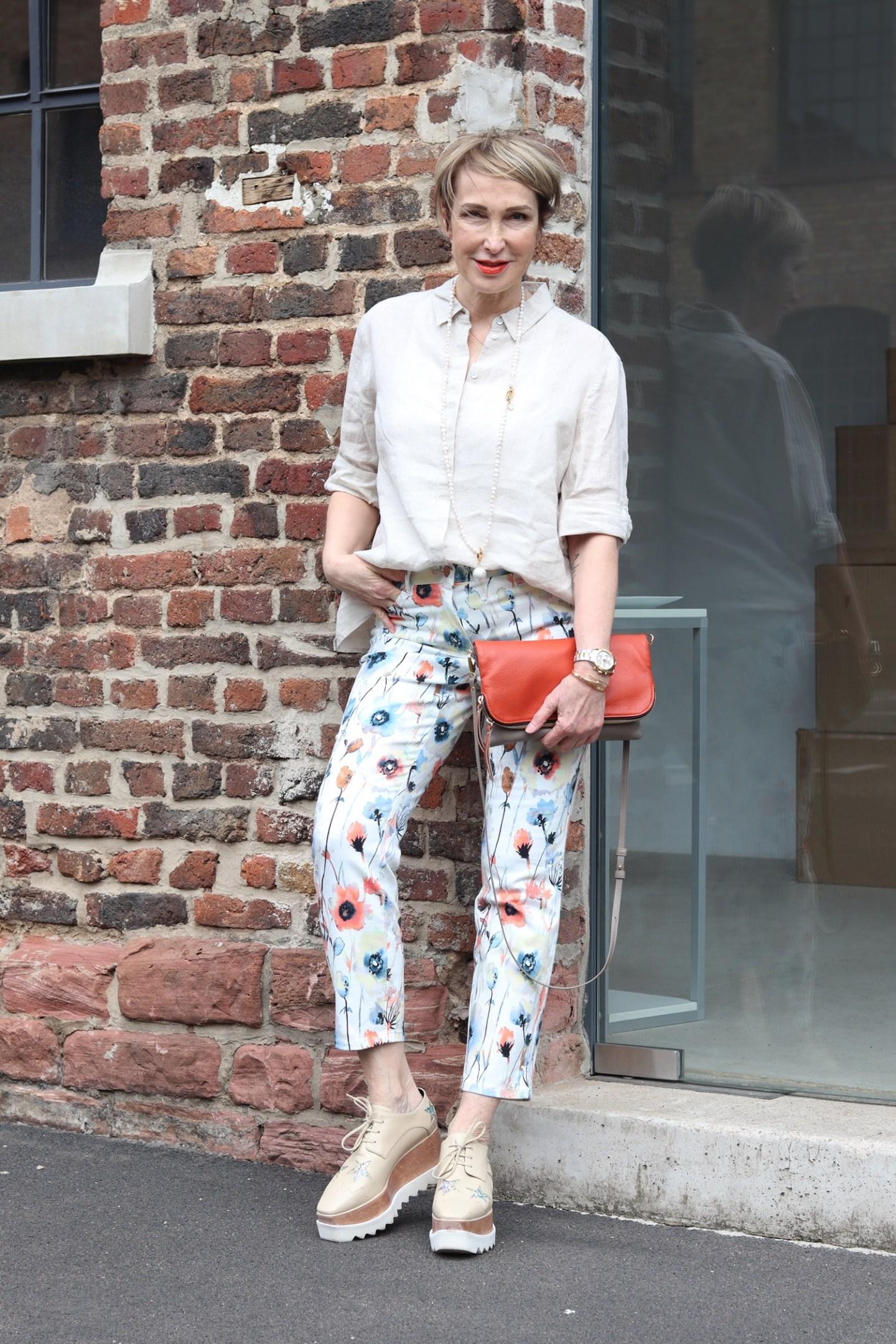 glamupyourlifestyle gebluemte-hose leinenhemd ue-40-blog ue-50-mode