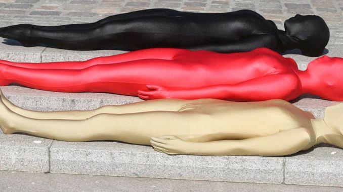 lebendige Flagge liegend auf Treppe