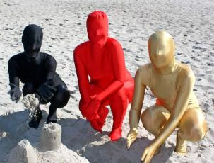 Am Strand im Catsuit