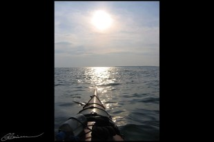 Plaisir solitaire. (Kayak de mer à Trois-Pistoles, Québec, août 2004.)