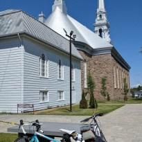 La Maison du Vélo d'Hébertville est dans le presbytère. Les toitures sont aveuglantes!