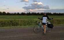 La route sous le coucher de soleil et sur la garnotte, vers chez Marie-Ève
