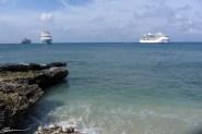 Escale à Grand Cayman (G-B). Les bateaux de croisière sont à l'ancre. À droite, nôtre, Brilliance of the Seas. (Grand Cayman, novembre 2014)