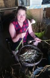 La fois où mon amie Sophie a eu beaucoup trop de plaisir à apprendre à éplucher de l'ail! (Mercier, Québec, août 2016)
