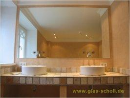 Badezimmerspiegel mit Armaturen im Spiegel   fertig