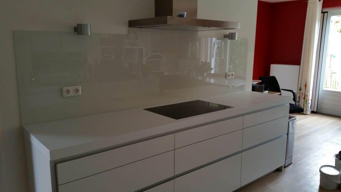 Keuken glas over volle breedte onder afzuigkap