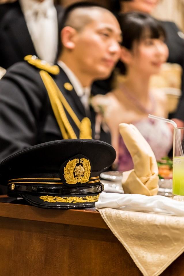 警察官の結婚式での正装の帽子