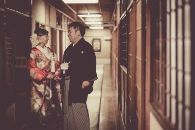 水琴亭の長い廊下で会話する新郎新婦