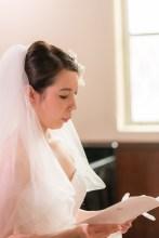 聖書を読む花嫁の横顔