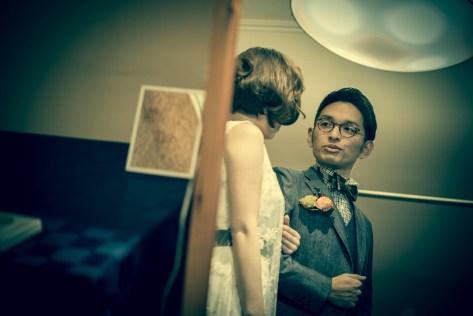 鏡の前で会話する新郎新婦