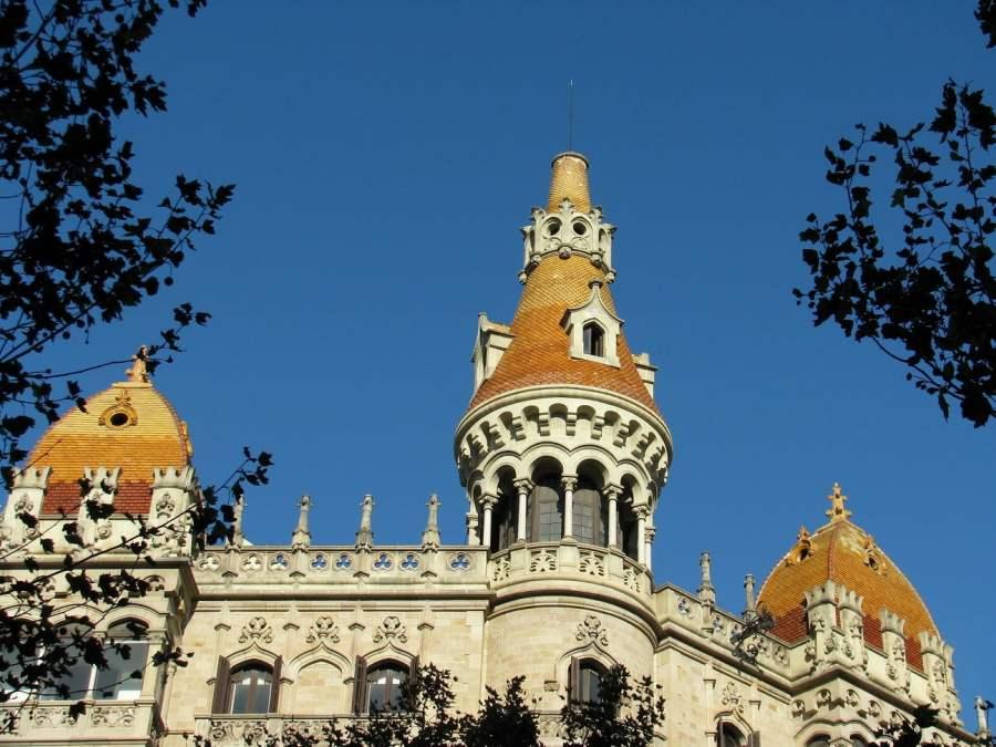 Barcelona: DRAGGING SMALL SUITCASE UPWARDS (1)