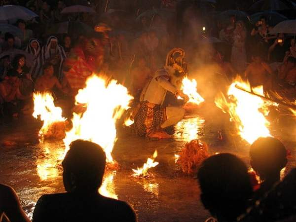 Travel-to-Bali-Uluwatu-temple-Kecak-dance-Glimpses-of-The-World