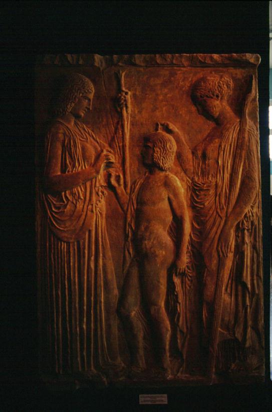 Bassorilievo di Eleusi, Demetra prende concedo dal re Trittolemo, che le ha insegnato l'arte di coltivare la terra e il grano per insegnarla agli uomini, e da Kore-Persefone, munita di una torcia
