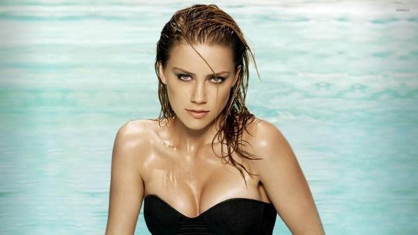 Amber-Heard-in-a-swimming-pool