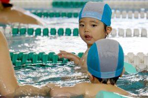 水泳をしている子供