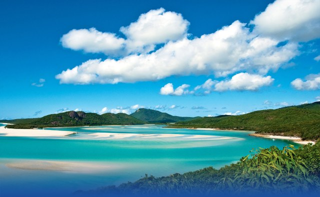 The wonderful view of Whitehaven Beach from Hill Inlet on Whitsunday Island