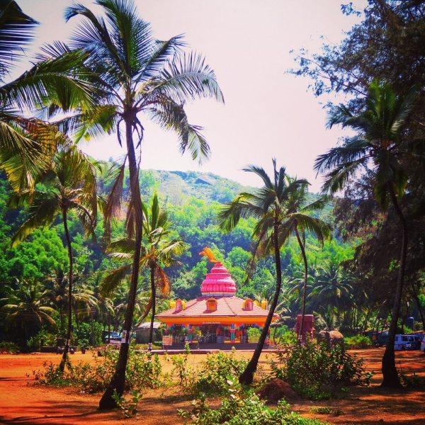 Cute pink Hindu temple near Keri Beach, North goa