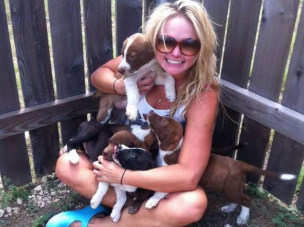 Miranda Lambert hangs with puppies. Photo credit: ecorazzi.com