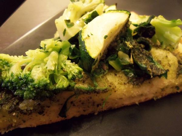 (VEGAN/VEGETARIAN RECIPES) Enjoy this green pizza full of vegetables.