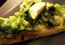 (VEGAN/VEGETARIAN RECIPES) Enjoy this green pizza full of vegetables.