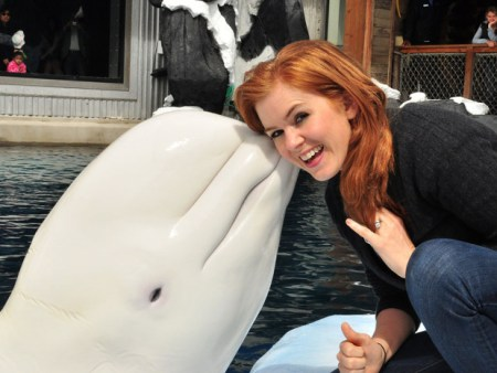 Actress Isla Fisher gets a kiss from Nanuq. Photo Credit: Rigo Diaz/SeaWorld San Diego/Getty