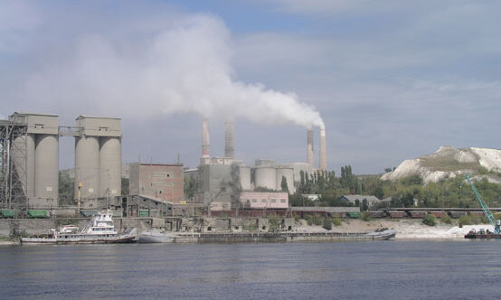 El polvo derrama de una planta de cemento mayores de Rusia antes de la instalación de bolsas de filtro.