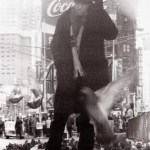 GEORGE DUBOSE Tom Waits at Times square e1563478938834 - Photographies